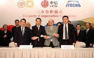 提携先であるCPグループの謝国民会長(左から1人目)、CITICの常振明董事長(左から2人目)は岡藤社長に続投を要請してきた