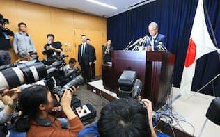 金銭授受疑惑について記者会見する甘利経財相(28日午後、東京・永田町)