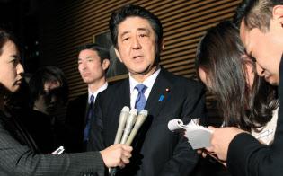 甘利経財相が辞任を表明し、記者の質問に応じる安倍総理(28日午後、首相官邸)