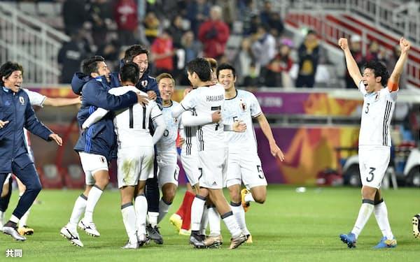 サッカーの男子U-23アジア選手権決勝で韓国を破り優勝、喜ぶ日本イレブン(30日、ドーハ)=共同