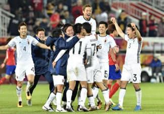 U-23アジア選手権決勝で韓国を破り優勝、喜ぶ日本イレブン=共同