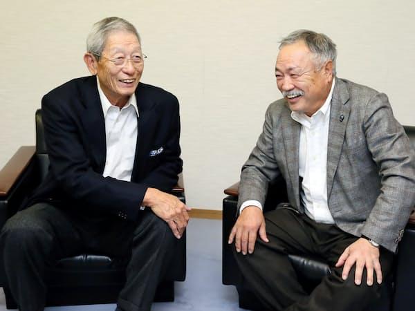 ラグビーの魅力について語り合う権藤博氏(左)と森重隆氏