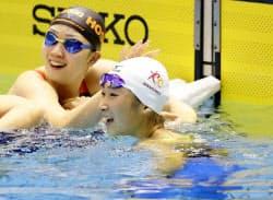 女子100メートル自由形で日本新をマークして優勝し、笑顔の池江璃花子=右(31日、東京辰巳国際水泳場)=共同