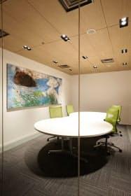 「ART IN THE OFFICE 2015」に選ばれた蓮沼昌宏氏の作品を展示する現在のプレスルーム