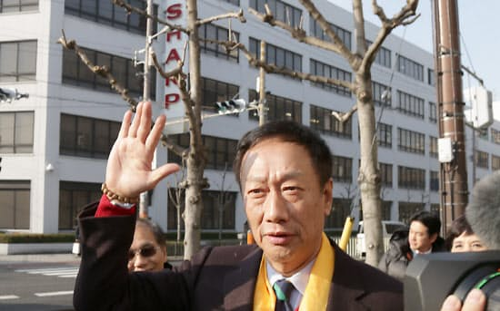 シャープ本社を訪れた鴻海の郭董事長。首に巻いた黄金色のスカーフは必勝のお守りという(2月5日、大阪市阿倍野区)