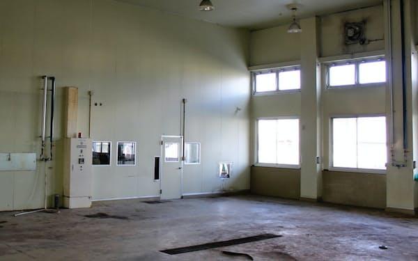 廃虚になった酪農施設(写真上、群馬県南部)と、UR対策費で建てた温泉施設(栃木県那須塩原市)