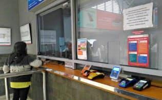 ジャカルタの通勤電車のチケットブースは、複数の電子マネーを使うことができる