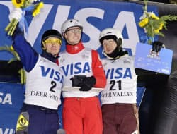フリースタイルスキーW杯の男子エアリアルで3位に入った田原直哉=右=(5日、ディアバレー)=共同