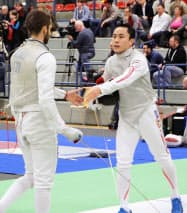 男子フルーレ団体準々決勝でイタリアに敗れた日本の太田雄貴=右(7日、ボン)=共同