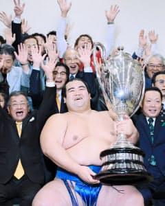 大相撲初場所で日本出身力士として10年ぶりに優勝した琴奨菊