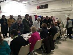 小学校に設けた投票所に並ぶ有権者(ニューハンプシャー州マンチェスター)