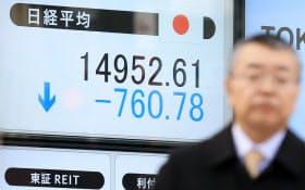 1万4952円で取引を終えた日経平均株価(12日午後、東京都中央区)