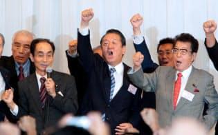 民主党臨時党大会で3選が承認され気勢を上げる小沢代表(中)(21日午後、東京都江東区)