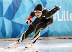 スピードスケート男子500メートルで銀メダルを獲得した榊原一輝(13日、リレハンメル)=共同