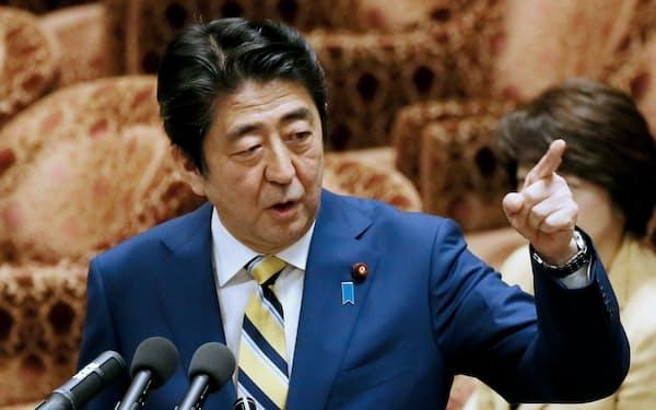 衆院予算委で答弁する安倍首相(10日午後)