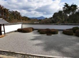 比叡山を借景にする正伝寺の枯れ山水庭園
