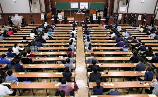記述式か、マークシートか。入試改革は永遠の課題。大学入試センター試験の英語(リスニング)に臨む受験生(東京都文京区の東京大学)