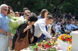 追悼式典で献花する、娘めぐみさんを亡くした堀田和夫さん夫妻(22日、ニュージーランド・クライストチャーチ)=共同