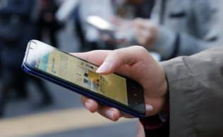 隙間時間でSNSやアプリでニュースをチェックする人は多い