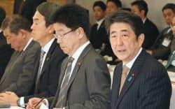 一億総活躍国民会議であいさつする安倍首相。左は加藤総活躍相(23日午後、首相官邸)