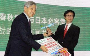 提携を発表するビックカメラの宮嶋宏幸社長(右)と春秋航空の王正華董事長(15年12月、上海市)