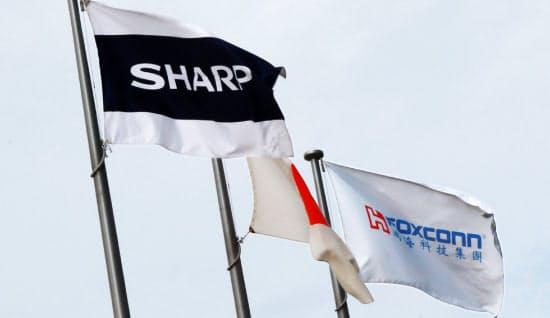 鴻海の郭台銘董事長がシャープの工場を訪問した時に掲げられた両社の旗(2012年8月、堺市)