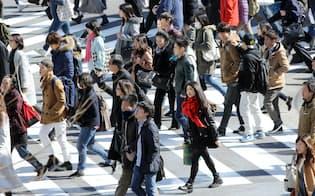 スクランブル交差点を歩く人たち(26日午前、東京・渋谷)