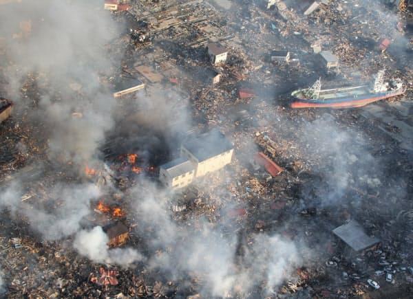 巨大地震で津波が押し寄せた後、宮城県気仙沼市市内では大規模な火災が発生した。翌日もあちらこちらで炎が上がっていた(2011年3月12日)