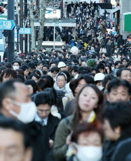 地震で交通機関がストップし、歩道にあふれる人たち(2011年3月11日、東京都千代田区)
