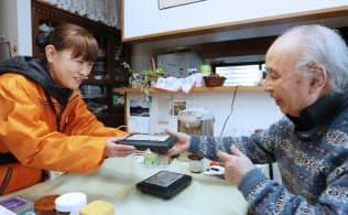 「愛さんさん宅食」はスタッフが顔なじみの客の食卓に弁当を届ける(宮城県多賀城市)