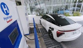 水素を充填するトヨタ自動車の燃料電池車「ミライ」