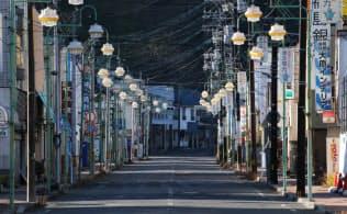 避難指示区域に指定されている商店街(昨年12月20日、福島県富岡町)