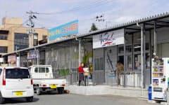 避難指示は解除されたが、仮設商店街の買い物客はまばら(2月16日、福島県楢葉町)