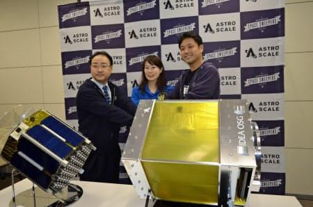 デブリ除去・観測衛星と岡田CEO(右)ら(1日、東京都千代田区)