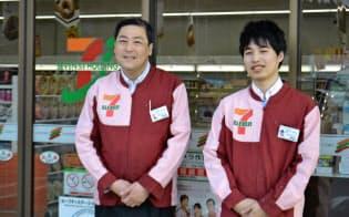セブンイレブン志津川十日町店の渡辺隆オーナー(左)と長男の健太郎さん(2月19日、宮城県南三陸町)