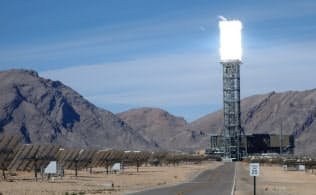 米グーグルなどが出資する世界最大のイバンパ太陽熱発電所(米カリフォルニア州)