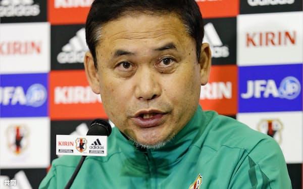 試合後に記者会見する佐々木監督。今大会限りでの退任が分かった(7日、大阪市)=共同