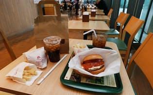 消費税10%時、持ち帰りの商品(左)は8%、店内で飲食する商品は10%に(都内のハンバーガーチェーン店)