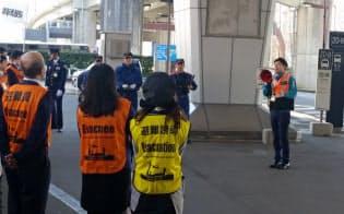成田空港(千葉県成田市)では、自動翻訳するメガホン「メガホンヤク」を試験的に配備している