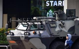 ショッピングセンター前でテロ警戒にあたるインドネシア陸軍の装甲車