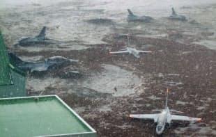 濁流が押し寄せた宮城県東松島市の航空自衛隊松島基地(2011年3月)=航空自衛隊提供