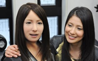 豊かな表情を再現できるヒト型ロボット(右はモデルとなった女性)