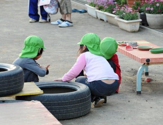 保育所に入れない待機児童が2万人を超えるなど子育て世帯が働く環境は厳しい