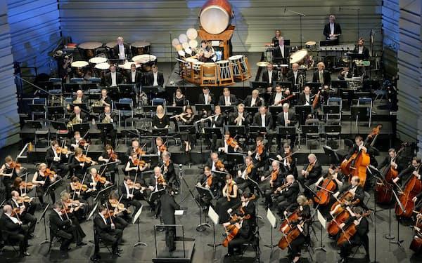 今年、仏ナントで開かれたラ・フォル・ジュルネで和太鼓を演奏する林英哲(中央奥)(C)Marc Roger