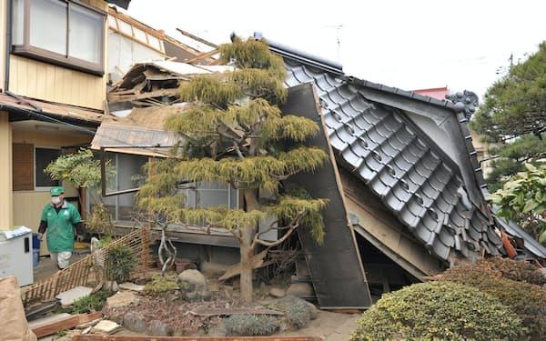 東日本大地震で屋根が崩れ落ちた住宅(宮城県栗原市)