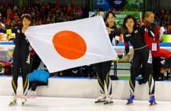 女子団体追い抜きで優勝し、笑顔の日本チーム。(左から)高木菜那、押切美沙紀、高木美帆(12日、ヘーレンフェイン)=共同