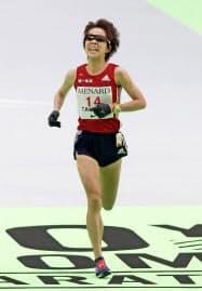 名古屋ウィメンズマラソンで、日本勢トップの2位でゴールする田中智美(ナゴヤドーム)=共同