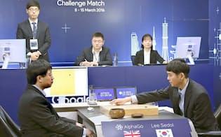 囲碁ソフト「アルファ碁」と韓国人プロ棋士、李九段(手前右)による5回戦の第4戦=13日、ソウル(グーグル提供・共同)