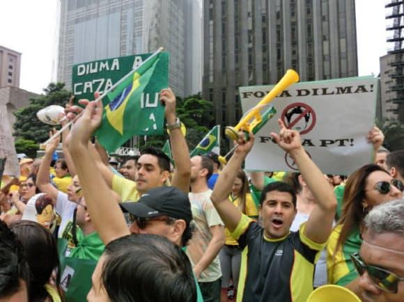 「ジルマ(・ルセフ)大統領は出て行け」と声を張り上げる人々(3月13日、サンパウロ)