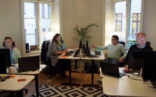 ITベンチャー、ブラスで働くトミー・オッティンゲルさん(右)ら(2015年12月、ストックホルム)
